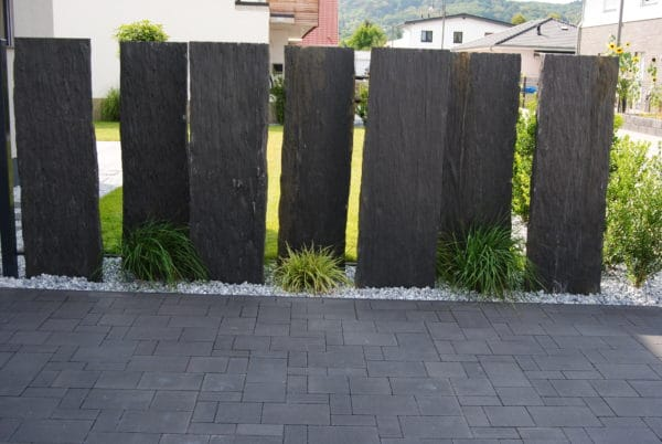 Schiefer Sichtschutzplatten Nero versetzt aufgestellt Naturstein Dekosteine